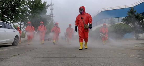 北京大兴消毒现场:队员每天走4万步,防化服能倒出一升汗水图片