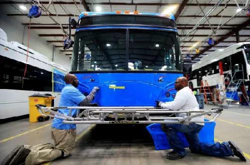 ▲在位于美国加州洛杉矶县兰开斯特市的比亚迪工厂内,工人在总装车间工作。