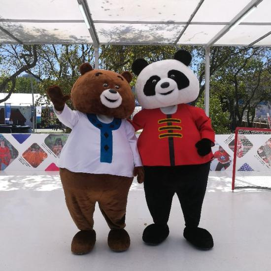 """第四届东方经济论坛配套展示项目远东风采街上,可爱的""""中国熊猫""""和""""俄罗斯棕熊""""一起打冰球(新华社记者蒋国鹏摄)"""