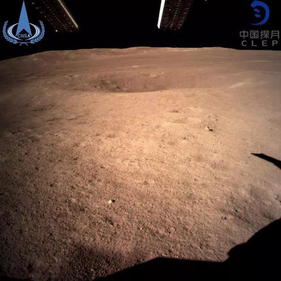 ▲圖爲嫦娥四號探測器動力下降過程中降落相機拍攝的圖像。(視覺中國)