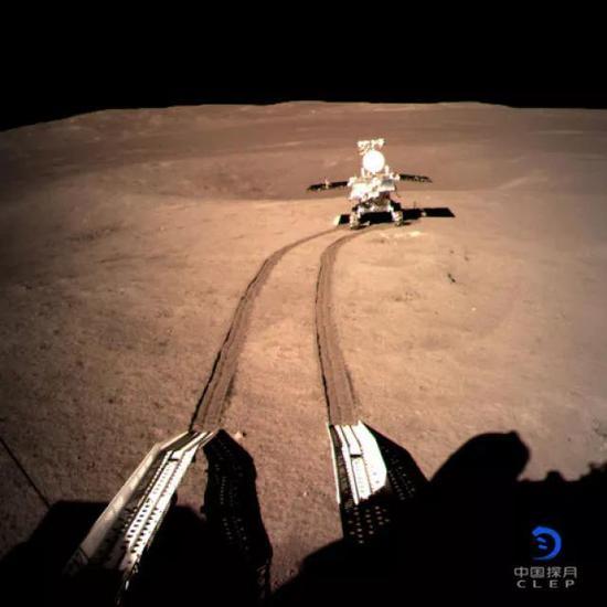 着陆器地形地貌相机拍摄的玉兔二号在A点影像图。新华社发(国家航天局供图)