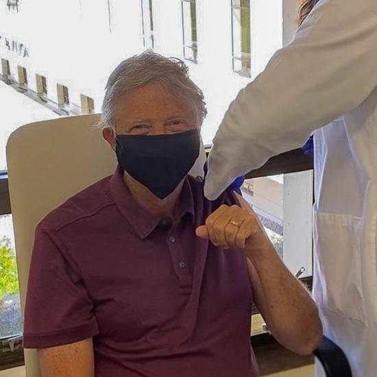 65岁比尔-盖茨公开接种新冠疫苗 笑称感觉很好(图)
