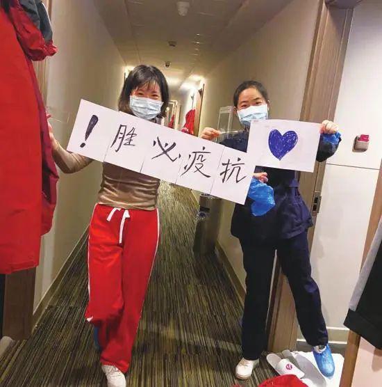 """第 5 批湖南支援湖北医疗队队员写下 """"  胜疫必抗!"""" 来回应居民。图 / 受访者提供"""