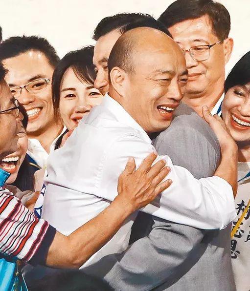百姓党2020参选人韩国瑜(左)15日列席台商春节联谊会,取前台湾地域指导人马英九(左)终究再相逢,韩国瑜除取马英九握脚以外,两人也热忱拥抱。(郑任北摄)图片滥觞:台湾《中时电子报》