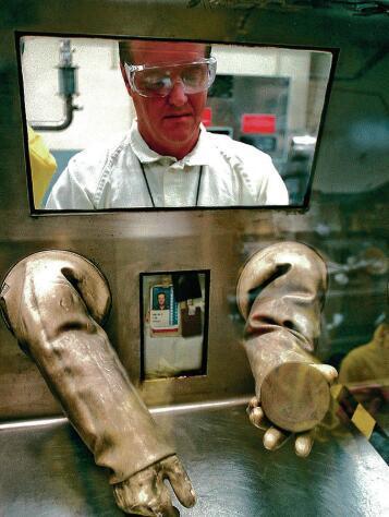 技术人员正在展示钚核心部件