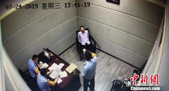 郑州铁路警察对杨某某进行讯问。郑州铁路公安处供图