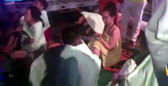 (右边黄色衣服女孩为孟影在事故现场,截图来源于网络视频)