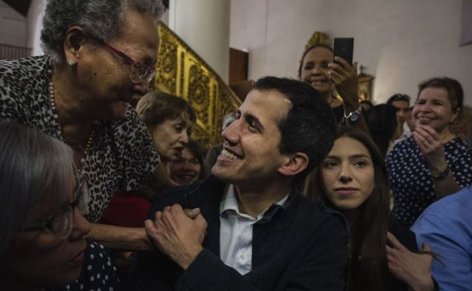 """谁才代表国家?委内瑞拉两位""""总统""""的正统之战"""