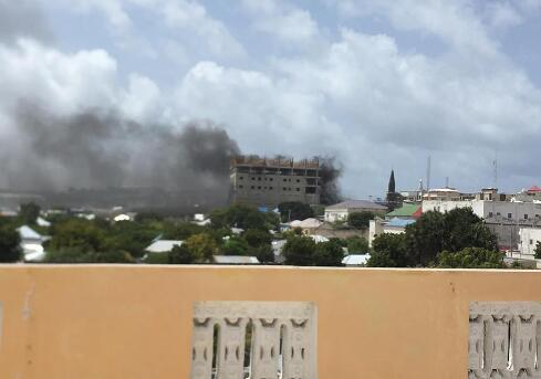 索马里首都突发连环爆炸及枪战 天空浓烟滚滚(图)