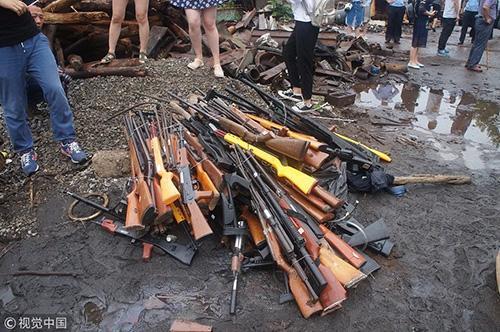 ▲公安部门收缴的各类枪支。 图/视觉中国