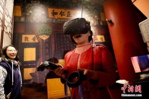 """""""发现・养心殿――主题数字体验展""""在故宫端门数字馆全新亮相。图为运用VR技术参观养心殿。中新社记者 杜洋 摄"""