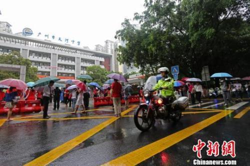 2018年广州高考期间有降雨,广州交警为高考护航 广州警方 摄