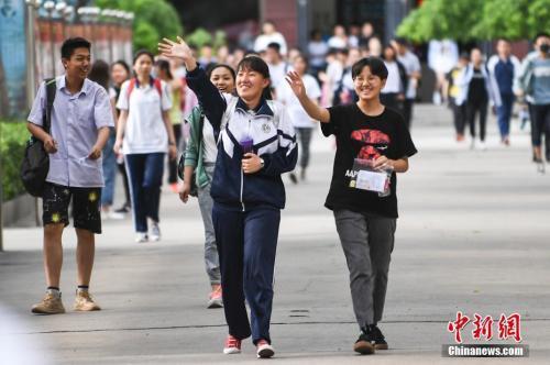 资料图:6月8日,山西太原成成中学考点,走出考场的考生露出灿烂笑容。中新社记者 武俊杰 摄