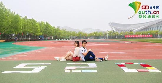 图为两人晒证书片写真。中国青年网通讯员 卢赟 摄