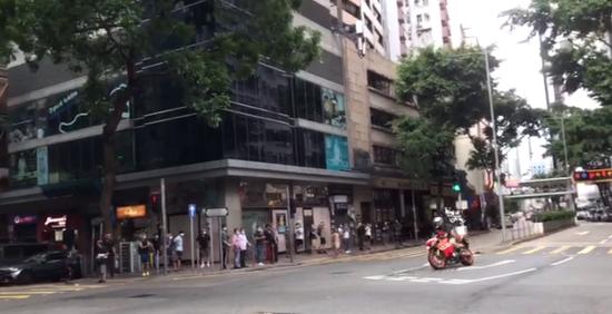 """男子挂""""港独""""旗冲撞港警致3伤 涉违反香港国安法被捕图片"""