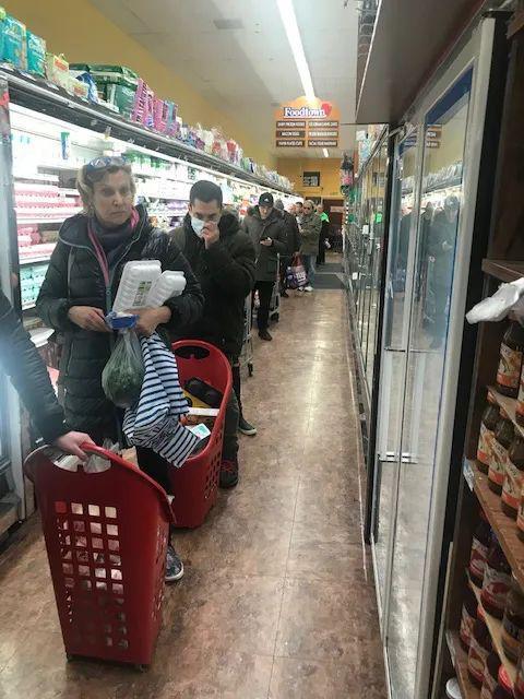 3月17日,纽约某超市的购物者。