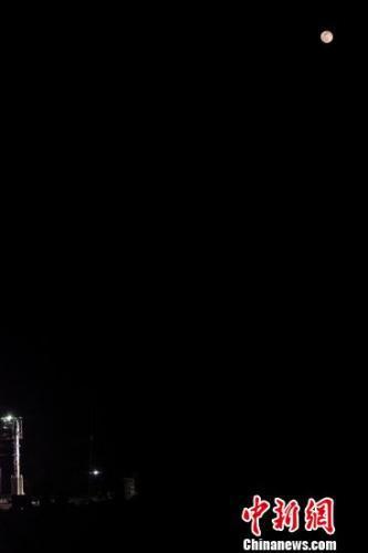 月亮與火箭的合影。郭文彬 攝