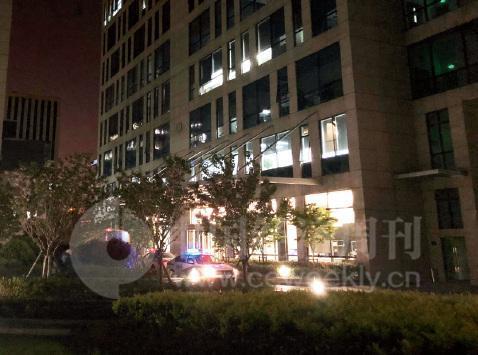 4月10日晚上9点,善林金融楼下的警车 《中国经济周刊》记者 宋杰 摄