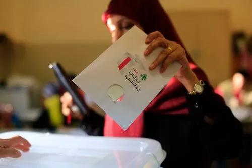 5月6日,选民在黎巴嫩首都贝鲁特南部的一个投票站内投票。(新华社/美联)
