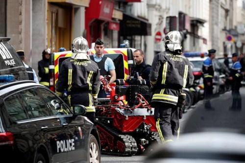 警方出动排雷机器人(图:路透社)