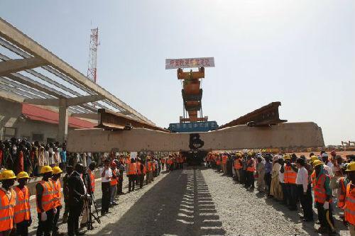 2014年12月1日,在尼日利亚阿布贾,工人铺设铁路最后一节轨排。首条中国标准尼日利亚现代化铁路全线贯通。(新华社)