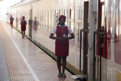 2018年5月11日,在埃塞俄比亚首都亚的斯亚贝巴,亚吉铁路列车员站在等待发车的列车旁。(新华社)