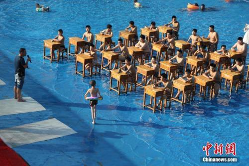 9月1日,重庆市涪陵二中校长带领学生走进红酒小镇水上乐园上开学第一课,因高温天气,重庆部分区县的中小学已经延迟开学。杨孝勇 摄