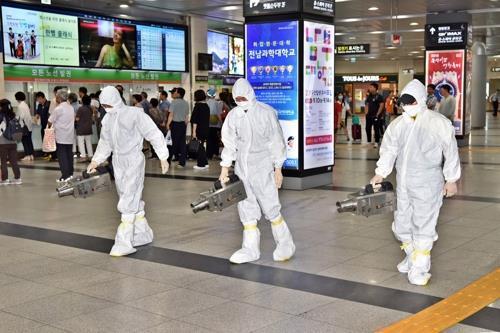 韩国首尔中央车站正在消毒(来源:韩联社)