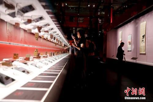 """""""清平福来――齐白石艺术特展""""在北京故宫午门和西雁翅楼展厅开幕。中新社记者 杜洋 摄"""