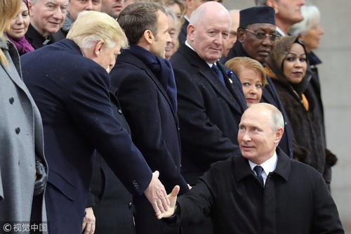 当地时间11月11日,美俄领导人在巴黎参加活动时握手(图源:视觉中国)