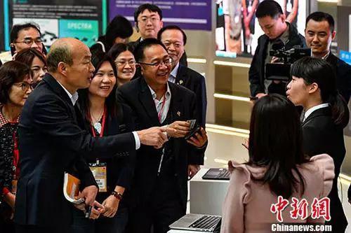 資料圖:韓國瑜與在深圳前海深港青年夢工廠工作的臺灣年輕人交流。中新社記者 陳驥旻 攝
