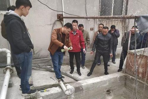 中央第三生態環境保護督察組在亳州市檢查發現企業私設暗管排放生產廢水。 圖片來源:生態環境部官方微信公衆號