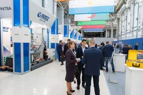 ▲资料图片:2019年4月15日,在俄罗斯索契,参观者在第十一届俄罗斯国际核工业展览会上咨询。(新华社)