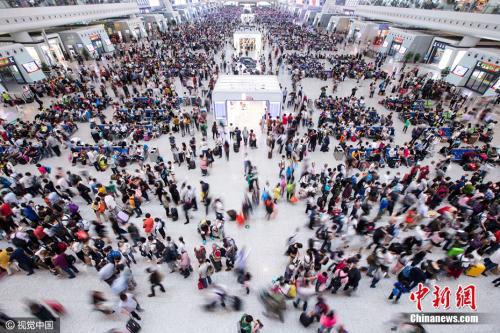 材料图:2016年10月6日,杭州东站迎去返程顶峰,候车年夜厅内助隐士海。 许康仄 摄 图片滥觞:视觉中国