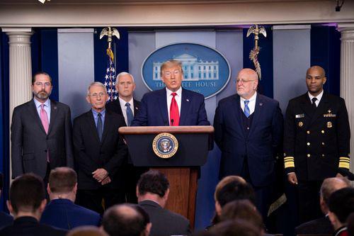 2月29日,在美国华盛顿,美国总统特朗普(右三)参加白宫记者会。新华社记者 刘杰 摄