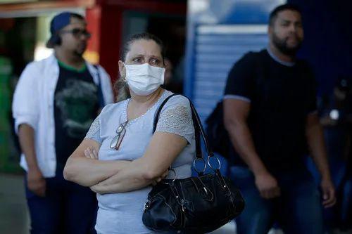 3月17日,在巴西首都巴西利亚中央车站,一名乘客戴口罩出行。新华社发(卢西奥·塔沃拉摄)
