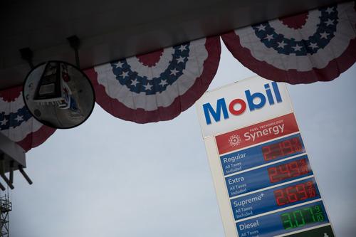 4月20日,美国纽约一家加油站的电子屏显示油品价格。新华社发(郭克摄)
