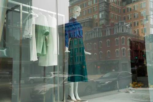 这是4月24日在美国首都华盛顿拍摄的一家暂时关闭的服装店的橱窗。新华社记者 刘杰 摄