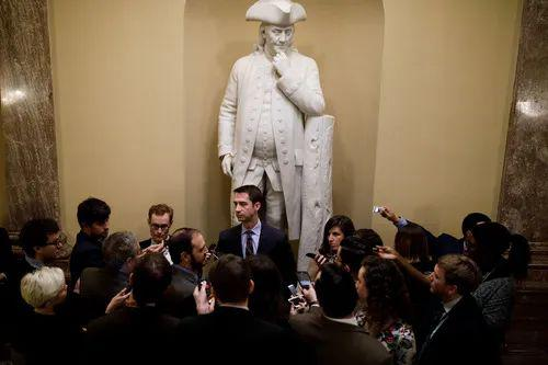 2018年1月22日,在美国华盛顿国会山,共和党参议员汤姆·科顿(中)被记者笼罩。新华社发(沈霆摄)