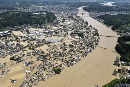 7月4日,日本熊本县人吉市的部分街道被洪水淹没(航拍照片)。新华社/共同社