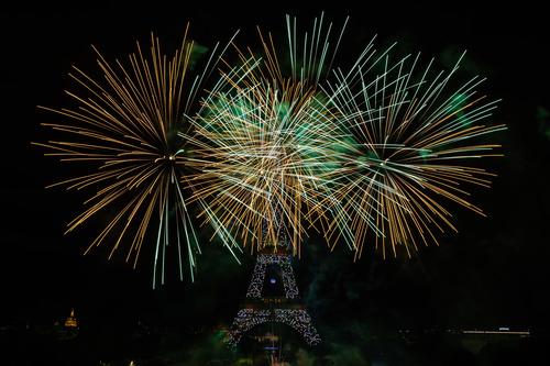 7月14日,庆祝国庆日的烟花在法国巴黎埃菲尔铁塔附近绽放。新华社发