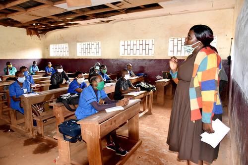 6月1日,在喀麦隆首都雅温得的一所学校,老师和学生在保持安全距离的情况下上课。新华社发