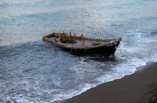 """11月7日在北海道发现的一艘""""幽灵船""""(图源:朝日新闻)"""