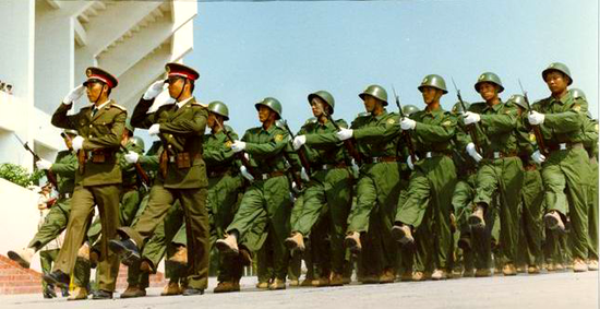 预备役士兵着87式作训服。