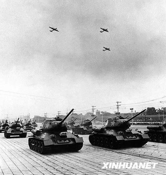 图为1954年10月1日,地面部队经过天安门前广场时,人民空军的机群也同时出现在天空。新华社记者 葛力群 张瑞华 摄