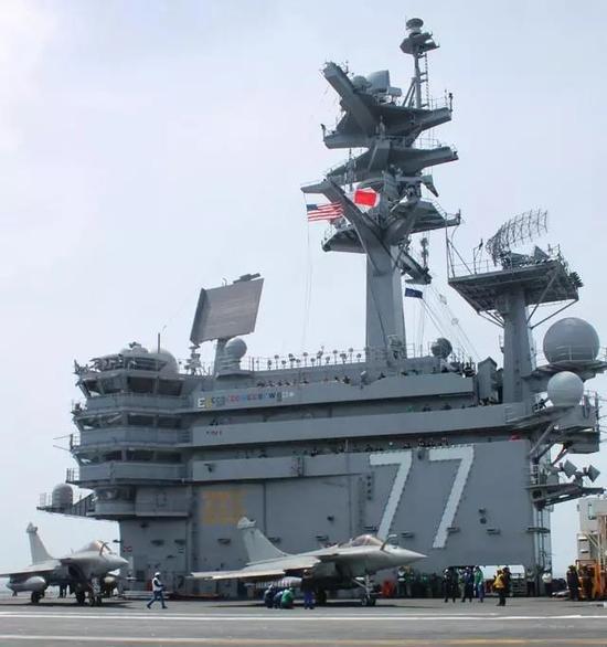 """▲法国""""阵风""""舰载机在美国海军""""布什""""号航母上进行训练。(美国海军)"""