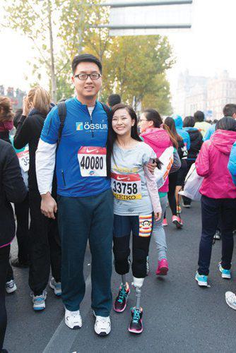 廖智和丈夫参加跑步比赛。