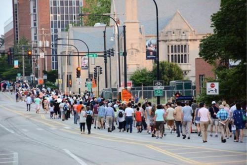 资料图:2017年6月29日傍晚,香槟伊大校园内,数百名关心章莹颖失踪案的学生、民众,参与了祈祷平安返家的步行与音乐会。(美国《世界日报》)