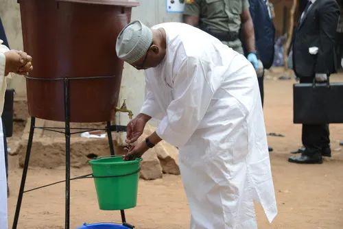 2020年3月29日,在马里首都巴马科的一处投票站,马里总统凯塔投票后洗手。新华社发
