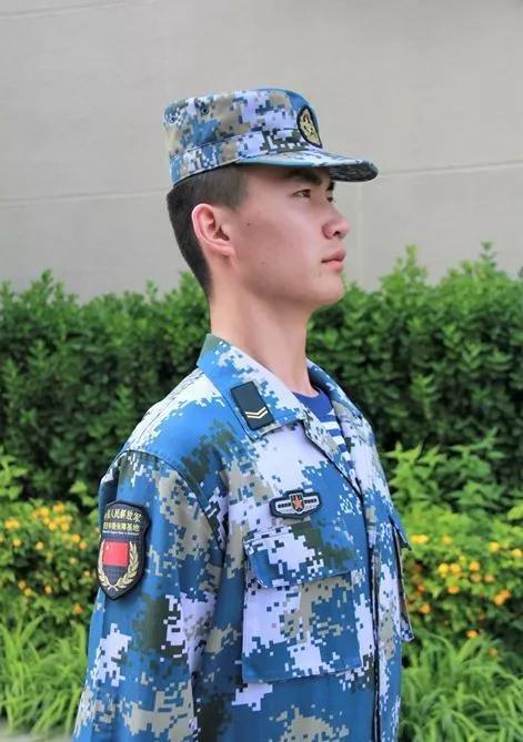 海外驻军胸标、驻吉布提保障基地专用臂章展示。记者赖瑜鸿 摄